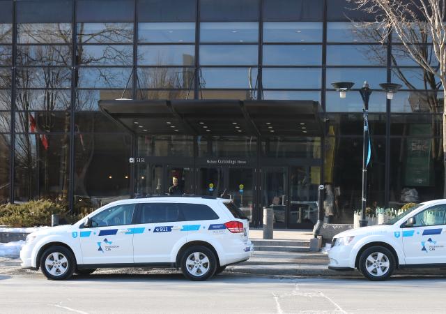 Immeuble de la Fédération CJA avec deux voitures blanches du Réseau de sécurité communautaire stationnées devant